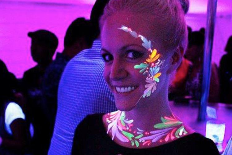 pintura facial que brilla en la oscuridad